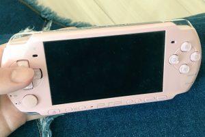 Dk2sIrzV4AAei K 1 300x200 - PS2のグラのゲームが外で遊べて、さらに音楽も聴けて動画も見れてエミュも起動できるPSPってすごすぎだろ