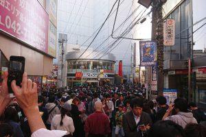 1 34 300x200 - 【画像】ポケモンGO、全然終わってなかった。人が多すぎてアクセス障害発生し町田に人が溢れる