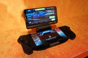 hXVVA25 300x200 - なぜ「SIMカードを挿して携帯できるゲーム機」が標準化しないのか?