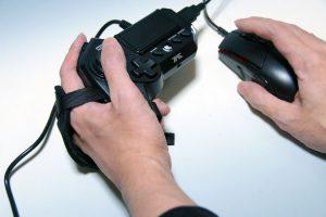 Pg4nBjt 300x200 - PCゲーマー「はぁ…はぁ…Wで前進…Dで右…(カタカタ」家庭用ゲーマー「親指でグリングリン!w」