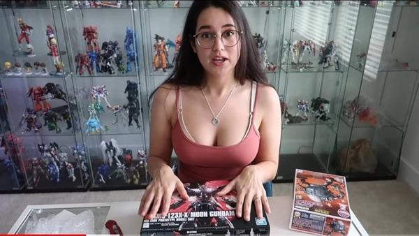 52958240 1085615198277615 8265523707699527680 o 600 - 【悲報】ガンダム素人の女YouTuber、胸出してガンプラ作るだけで再生数を稼ぐ。