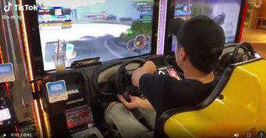 4 1 1 384x200 - 【動画】ゲーセンのレースゲームでドラテクがヤバすぎる男wwww
