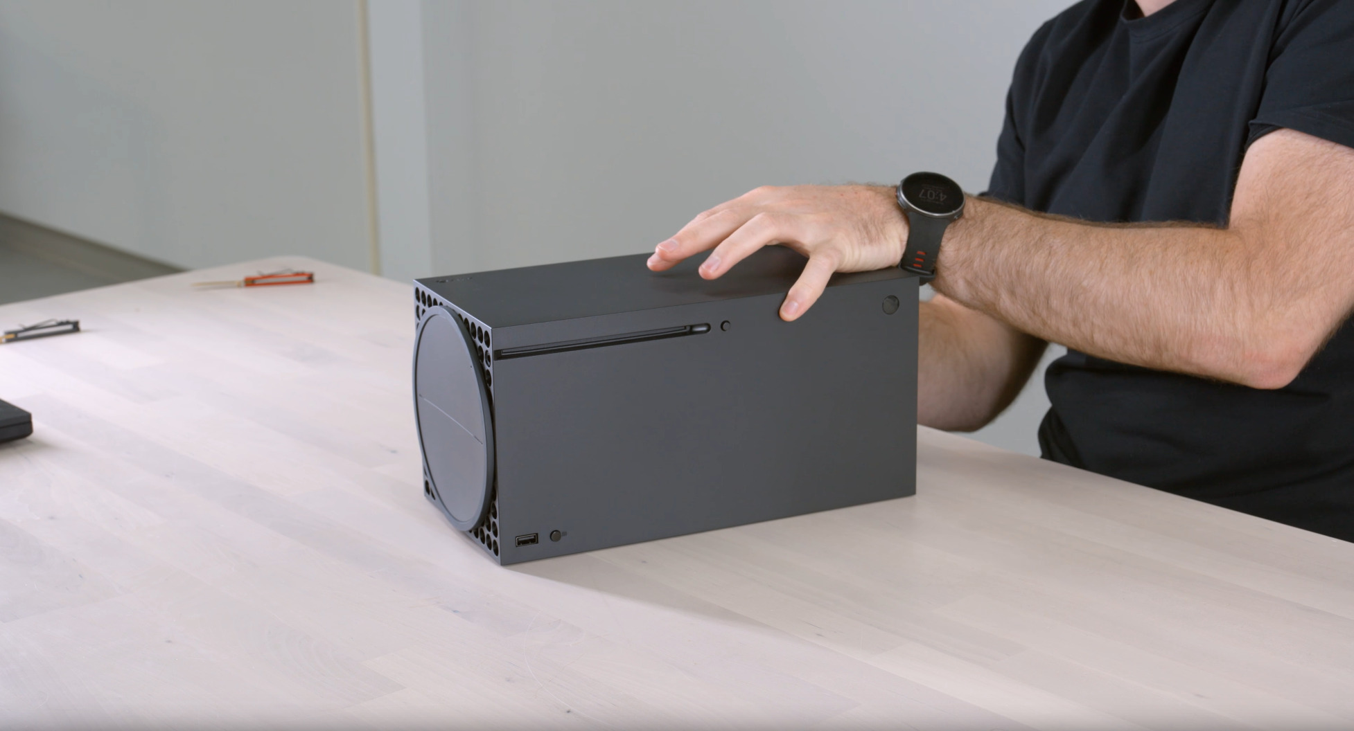 ELWM4sc - 【ルックス対決】XBOXとPS5、どっちのデザインが好き?どっちを家に置きたい?